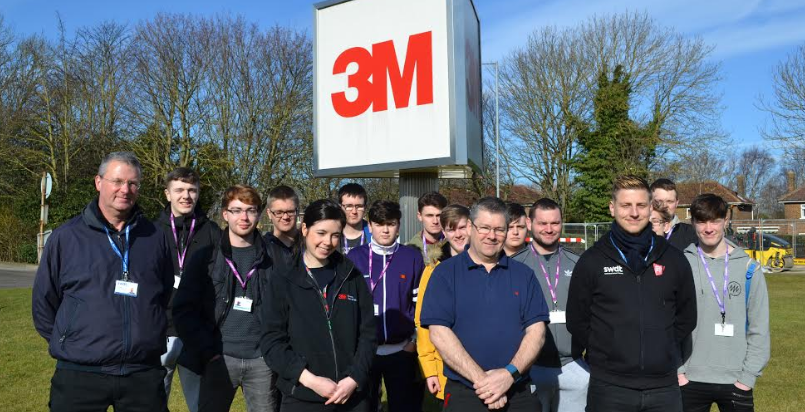Former apprentice gives engineering students 3M plant tour