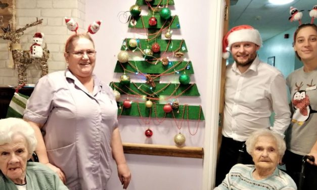 Pallet proves therapeutic as care home Christmas tree