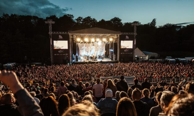 Stereophonics rock Scarborough – and make Yorkshire couple's wedding day extra special